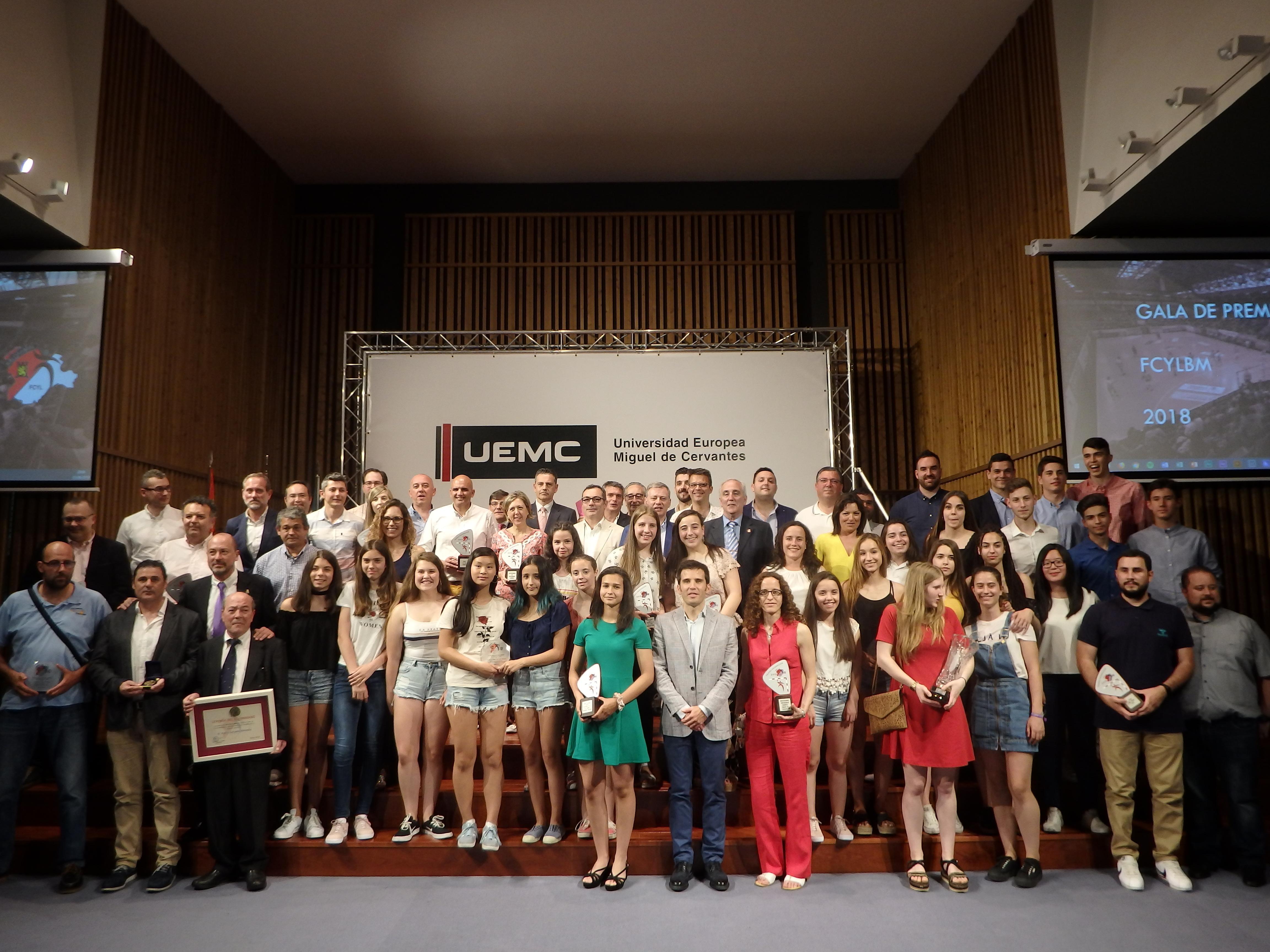 Foto de familia de los premiados por la FCYLBM 2018.