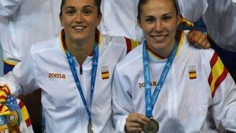 Amaia González de Garibay (izquierda) y María Prieto O'mullony (derecha) posan con la medalla de oro. (Foto: Valentín G. de Garibay)