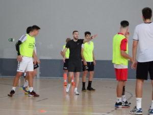 Nacho González da indicaciones durante un entrenamiento del juvenil masculino.