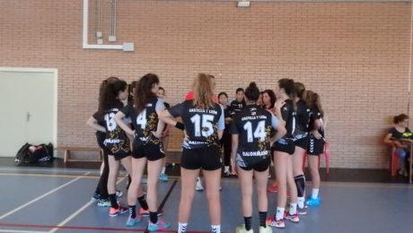El equipo cadete femenino durante un partido.