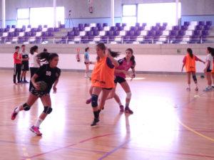 El equipo infantil femenino durante un entrenamiento.