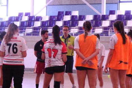 Fernando Herández y Guillermo Algorri charlan con el equipo juvenil femenino durante un entrenamiento.