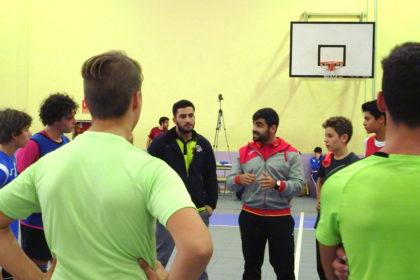 Luis Puertas y Álvaro Carbajo charlan con los jugadores del infantil masculino.