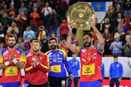 Raúl Entrerríos ofrece el trofeo de Campeones de Europa a los aficionados.